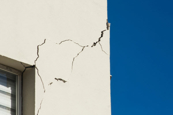 Cracked wall on an apartment